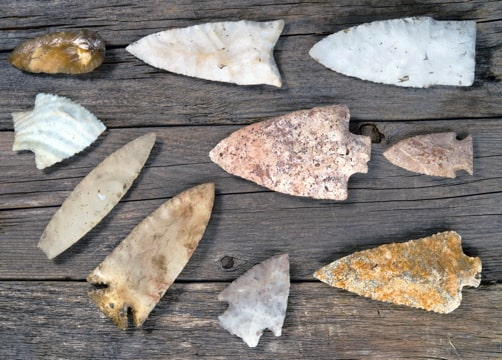 Photograph of arrowheads of different sizes and shapes